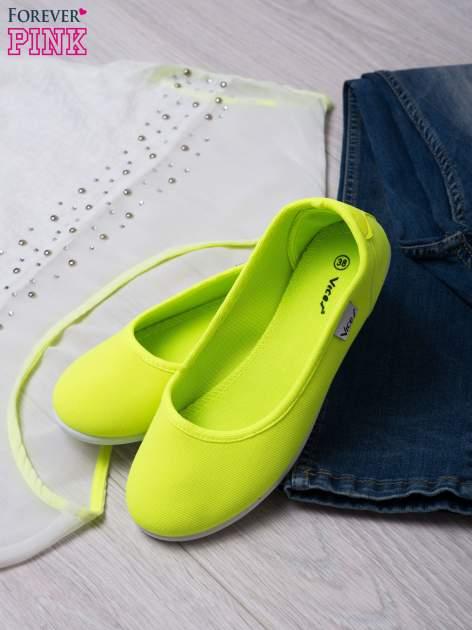 Zielone gładkie materiałowe baleriny Mellow na białej podeszwie                                  zdj.                                  4