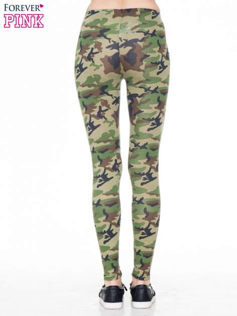 Zielone legginsy we wzór moro                                  zdj.                                  4