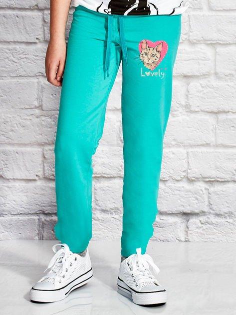 Zielone spodnie dresowe dla dziewczynki z nadrukiem kota                                  zdj.                                  1