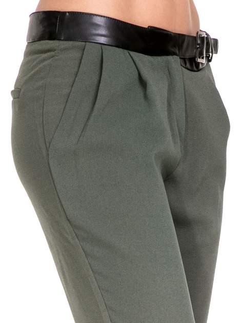 Zielone spodnie materiałowe ze skórzanym pasem                                  zdj.                                  6