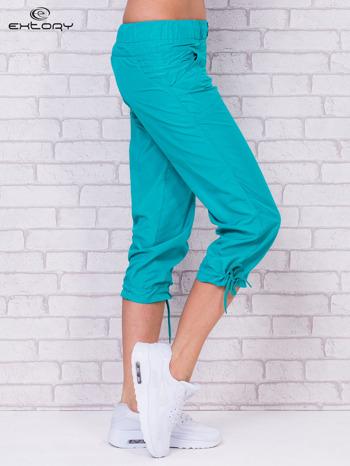 Zielone spodnie sportowe capri z guzikami                                  zdj.                                  2