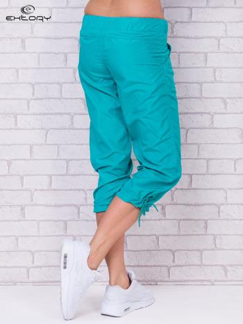 Zielone spodnie sportowe capri z guzikami                                  zdj.                                  6