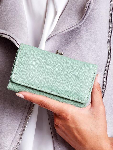 Zielony portfel z zapięciem na bigiel