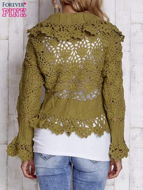 Zielony sweter o szerokim splocie z wiązaniem                                  zdj.                                  2