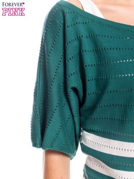 Zielony sweter w paski z szerokim dekoltem                                  zdj.                                  6
