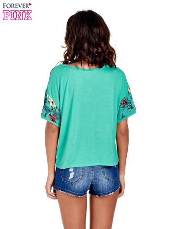 Zielony t-shirt we wzór roślinny                                  zdj.                                  4