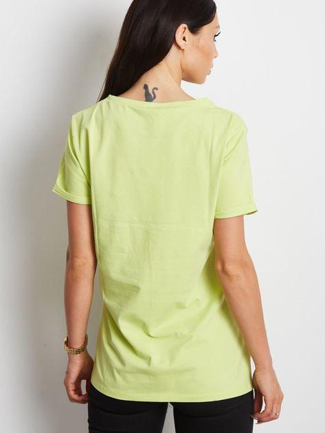 Zielony t-shirt z ażurową kieszenią                              zdj.                              2