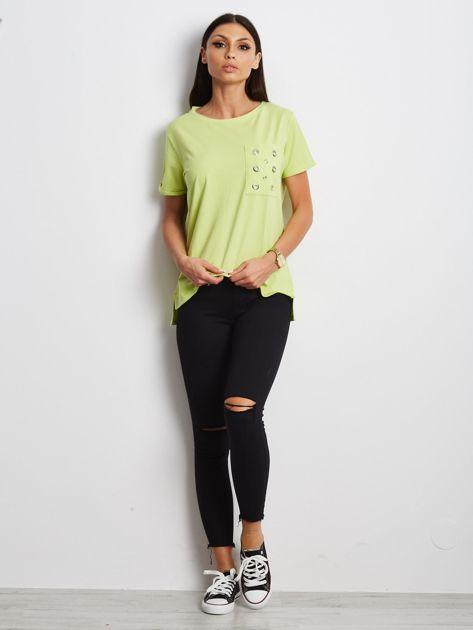 Zielony t-shirt z ażurową kieszenią                              zdj.                              4