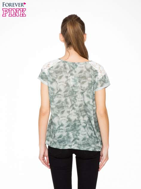 Zielony t-shirt z napisem LET'S GO i koronkowymi wstawkami                                  zdj.                                  4