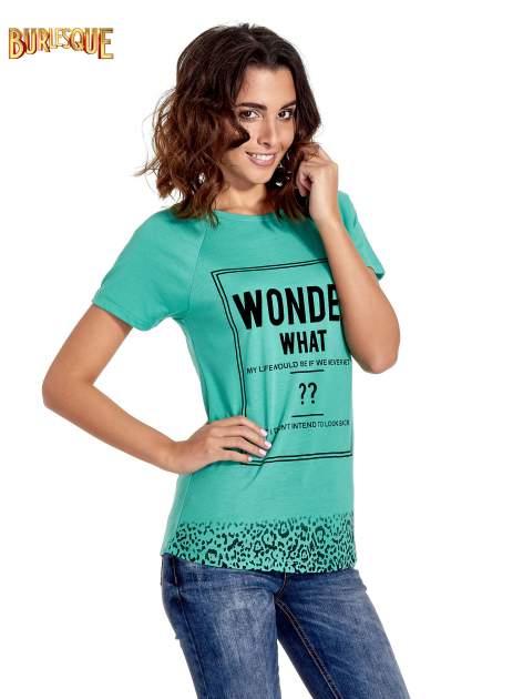 Zielony t-shirt z napisem WONDER WHAT?                                  zdj.                                  1