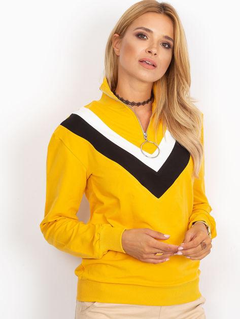 Żółta bluza dresowa z trójkątną aplikacją                              zdj.                              1