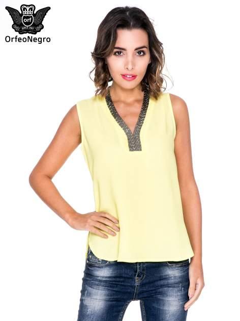 Żółta bluzka koszulowa z biżuteryjnym dekoltem V-neck                                  zdj.                                  1