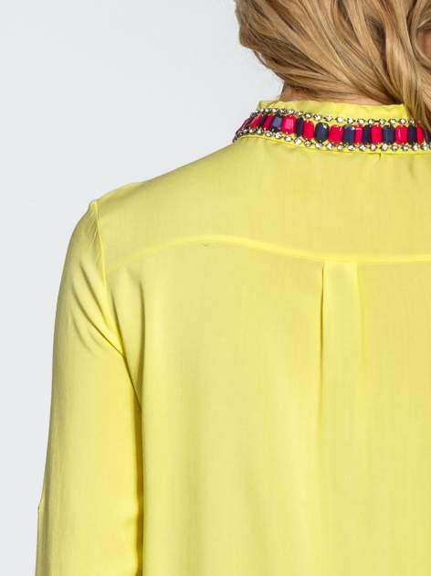 Żółta bluzka koszulowa z biżuteryjnym kołnierzykiem                                  zdj.                                  6