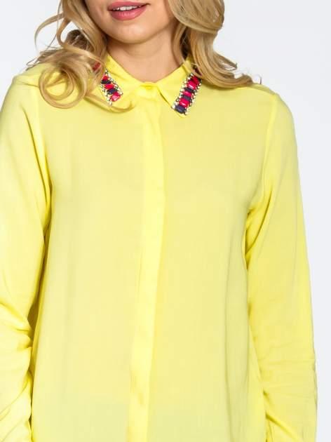 Żółta bluzka koszulowa z biżuteryjnym kołnierzykiem                                  zdj.                                  7