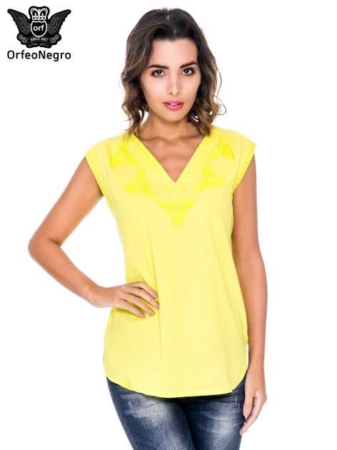 Żółta bluzka koszulowa z haftowanym dekoltem V-neck                                  zdj.                                  1