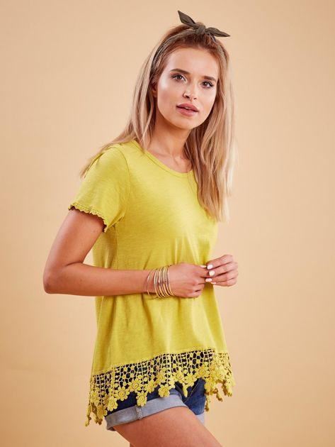 Żółta bluzka z koronkowym wykończeniem                              zdj.                              3