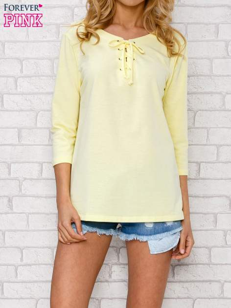 Żółta bluzka ze sznurowanym dekoltem                                  zdj.                                  1