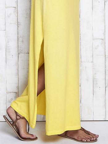 Żółta dekatyzowana sukienka maxi z cekinowym kwiatem                                  zdj.                                  7