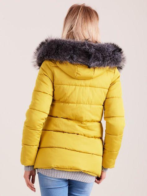 Żółta kurtka zimowa z futerkiem                              zdj.                              2