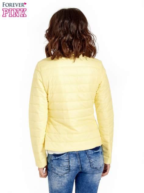 Żółta lekka kurtka puchowa ze stójką                                  zdj.                                  3