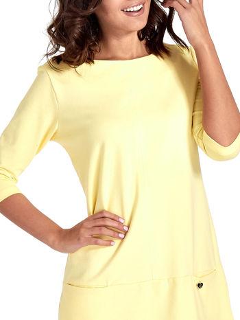 Żółta prosta sukienka z kieszeniami                                   zdj.                                  5