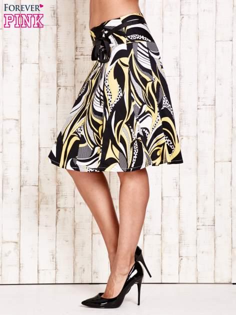 Żółta rozkloszowana spódnica w abstrakcyjny wzór                                  zdj.                                  3