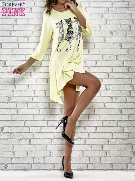 Żółta sukienka damska z nadrukiem kotów                                  zdj.                                  2