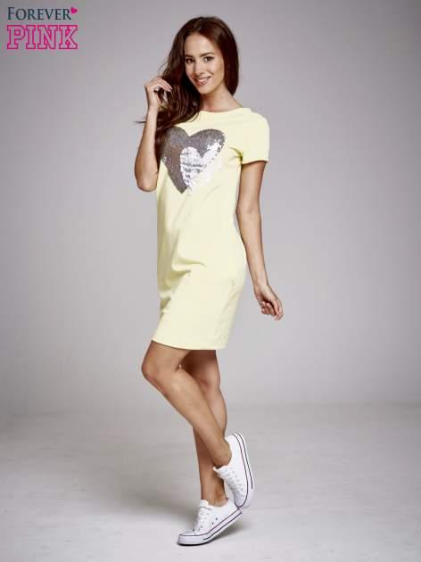 Żółta sukienka dresowa z aplikacją serca                                  zdj.                                  4