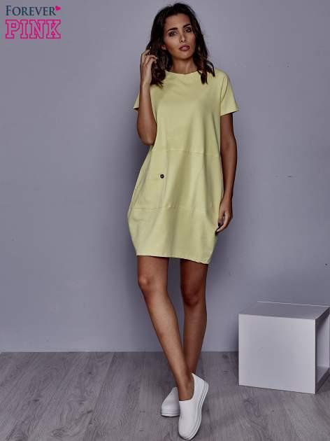 Żółta sukienka dresowa z kieszenią z boku                                  zdj.                                  2