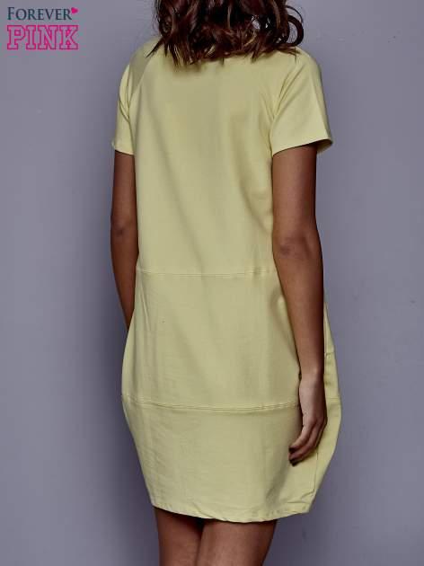 Żółta sukienka dresowa z kieszenią z boku                                  zdj.                                  4