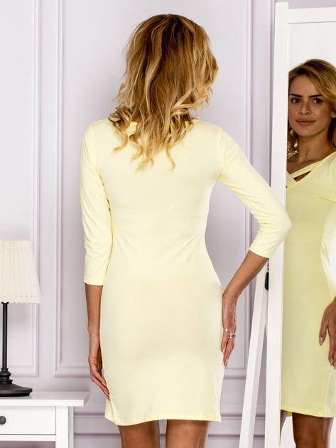 Żółta sukienka z paskami przy dekolcie                               zdj.                              2