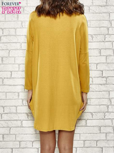 Żółta sukienka ze złotym napisem UNIQUE                                  zdj.                                  4