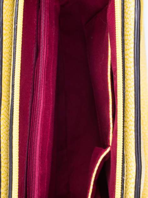 Żółta torebka miejska z ozdobną przypinką                                  zdj.                                  4