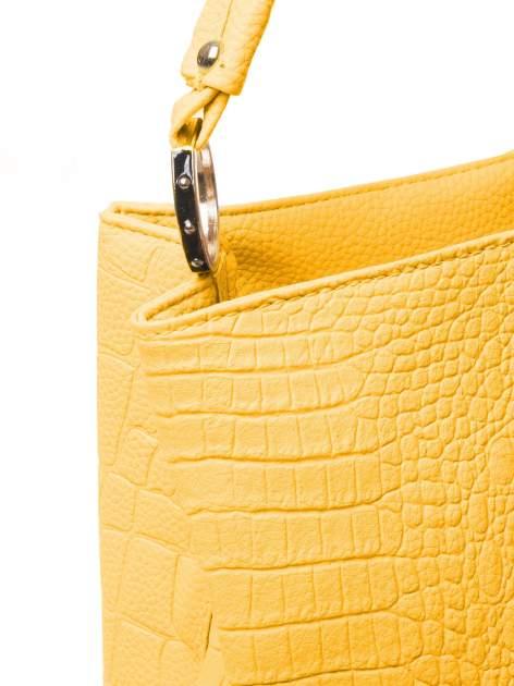 Żółta torebka na ramię tłoczona na wzór skóry krokodyla                                  zdj.                                  3