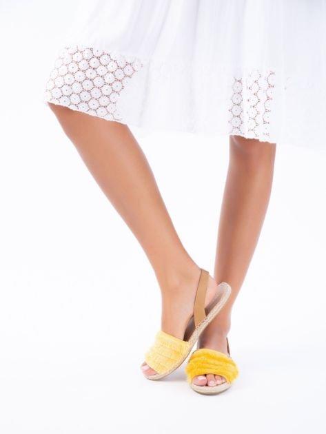 Żółte sandały z ozdobnym frędzelkowym przodem                              zdj.                              1