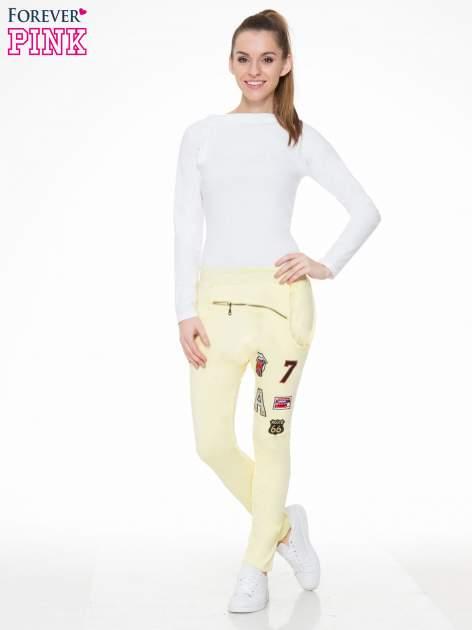 Żółte spodnie dresowe typu baggy z naszywkami                                  zdj.                                  2