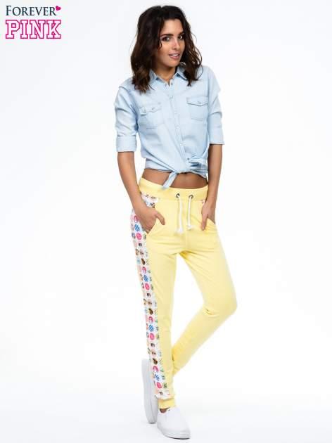 Żółte spodnie dresowe z kolorowym lampasem                                  zdj.                                  2