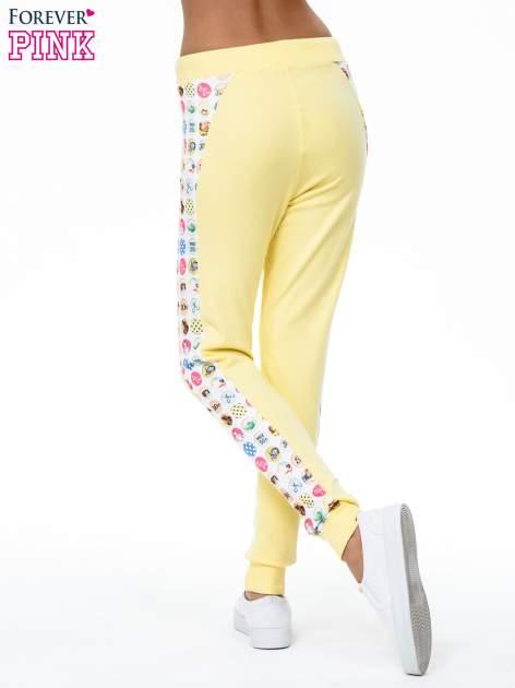 Żółte spodnie dresowe z kolorowym lampasem                                  zdj.                                  4