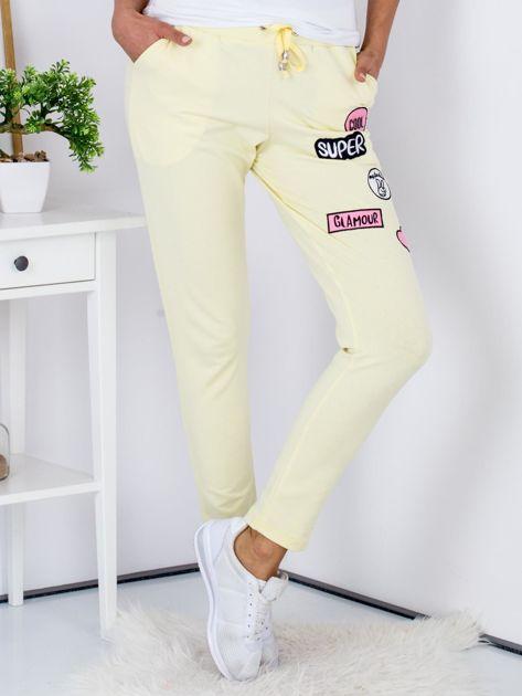 Żółte spodnie dresowe z naszywkami                              zdj.                              1