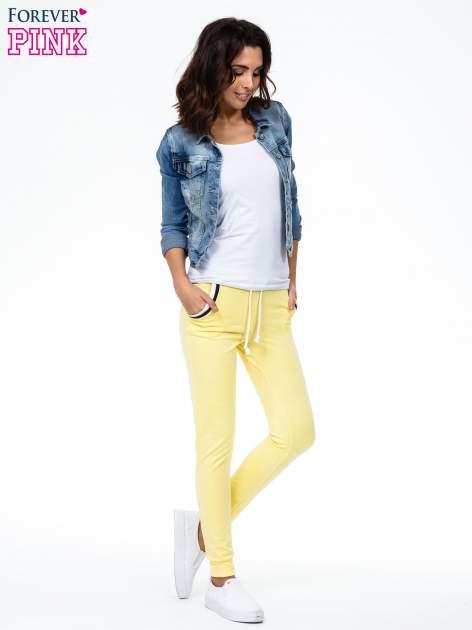 Żółte spodnie z kolorowym akcentem przy kieszeniach                                  zdj.                                  1