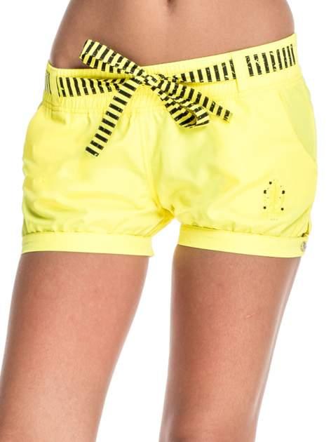 Żółte szorty damskie w stylu marynarskim