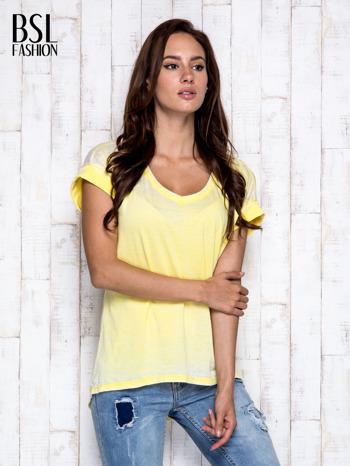 Żółty asymetryczny t-shirt z trójkątnym dekoltem                                  zdj.                                  3