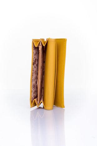 Żółty portfel z ozdobnym detalem i złotymi okuciami                                  zdj.                                  5