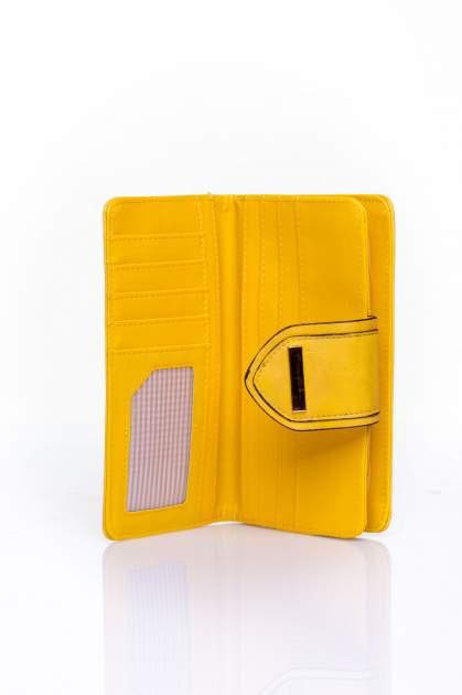 Żółty portfel z ozdobnym zapięciem                                  zdj.                                  4