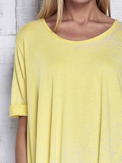 Żółty t-shirt acid wash z szerokim asymetrycznym dołem                                  zdj.                                  6