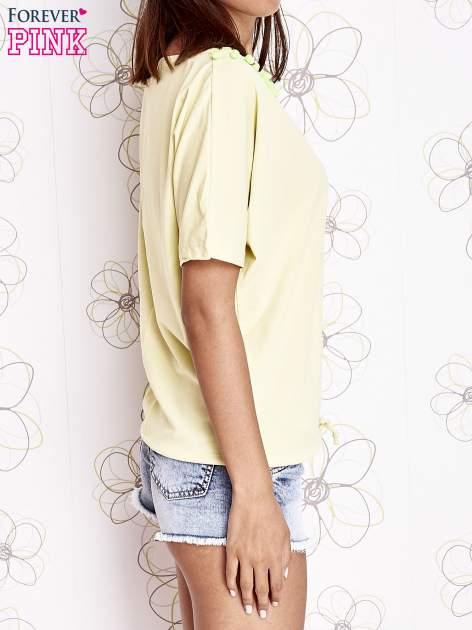 Żółty t-shirt z kolorowymi pomponikami przy dekolcie                                  zdj.                                  3