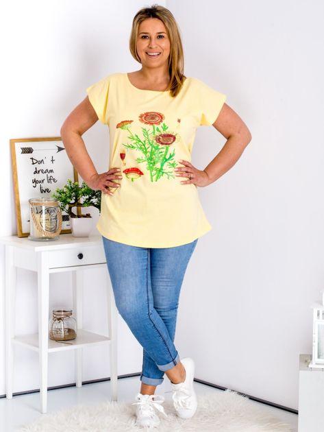 Żółty t-shirt z kwiatowym printem PLUS SIZE                              zdj.                              4
