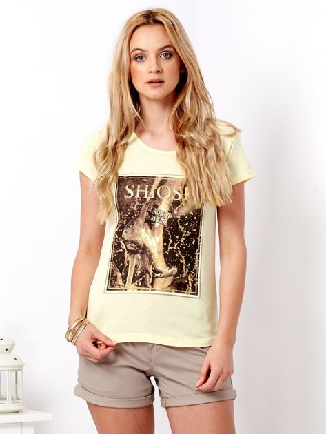 Żółty t-shirt z motywem buta                              zdj.                              1