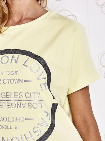 Żółty t-shirt z nadrukiem i frędzlami                                  zdj.                                  5