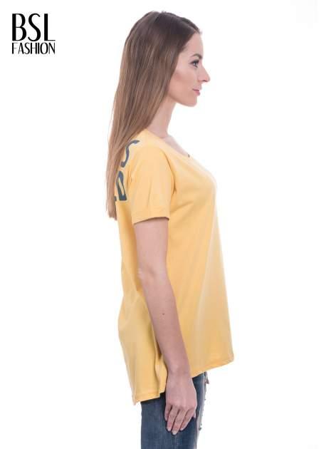 Żółty t-shirt z napisem ARTIST WANTED na plecach                                  zdj.                                  3